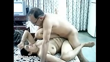 Лысый начальник вставляет крепкий болт в задницу секретарши в колготках
