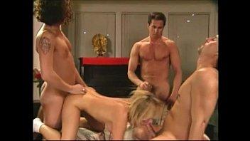 Аруна агора участвует в секс групповухе и зырит как подруга долбится в очко