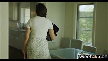 Лесбуха оставила без одежды одинокую подругу и предложила ей поебаться