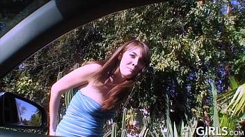 Худая модель позирует перед камерой
