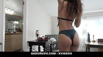 Пара массажистов соблазнила красавицу на горячее порно втроем