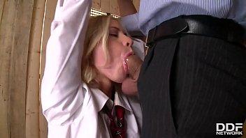 Девушка с волосатой пилоткой мастурбирует секс игрушкой