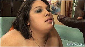 Лесбияночки задвигают в ануса пушистые игрушки