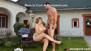 Молодая племянница в одежде берет в рот член мужики и выполняет отсос члена перед камерой
