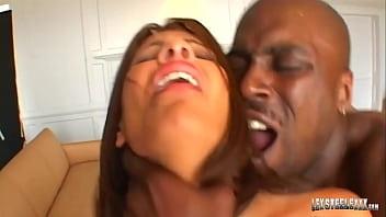 Вагинальный жахач с опытной девчонкой со следами от загара