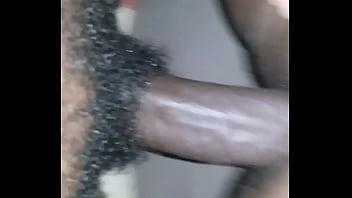 С красивым загаром зрелка с волосатым лобком мастурбирует на диванчика