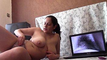 Молодая девка перед вебкамерой завлекает зрителей секс машиной