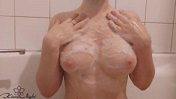 Длинноволосая белокурая шлюха дрочит рачком перед камерой, проникая пальцем в вагину