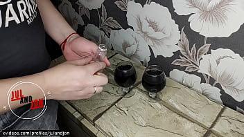Благоверная с красивой попкой насаживается на пенис мужа перед камерой