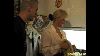 Шлюхи-медсестры томно ласкают пациента, чтобы он накончал поздоровеннее вафли в баночку