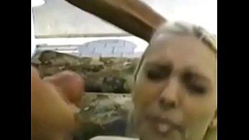 Африканец трахает на дивана девушку с заросшей киской и тату