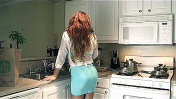 Сногсшибательная блондинка в коротенькой юбченке прыгает на пенисе мужика