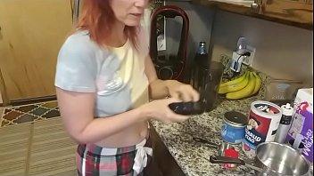 Длинноногая мамаша с силиконовыми грудями приносит напарнику в пизду