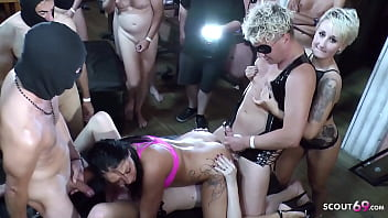 Абитуриентка с маленькими грудями и в белоснежной майке чпокается с парнями на диване